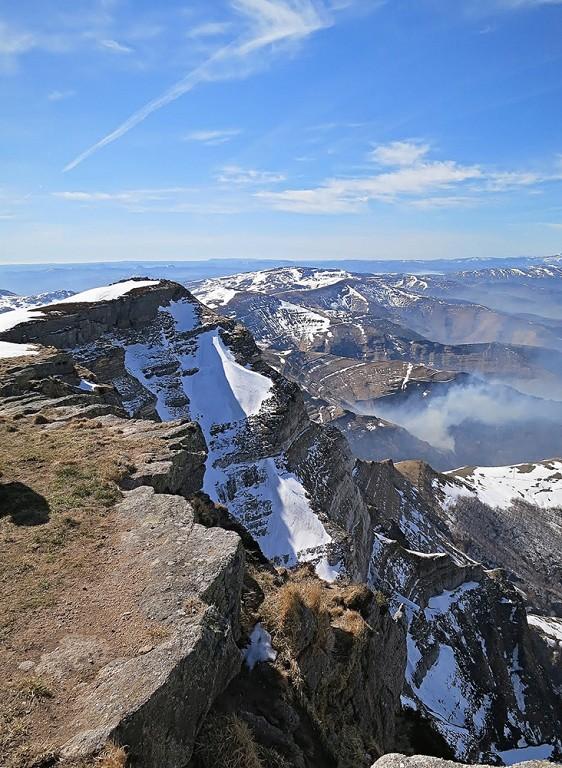Desde la cima del Castro Valnera algún pasiego quema el monte