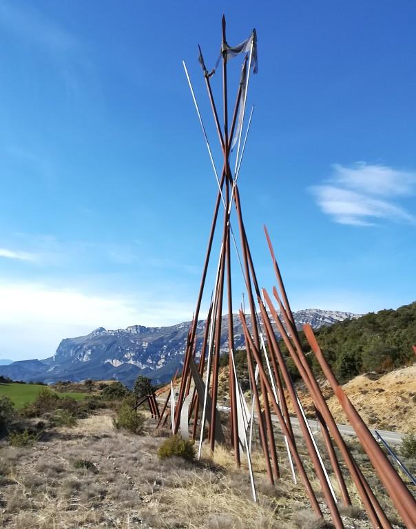 Monumento a Gonzalo de Sobrarbe y Ribagorza en el alto de Foradada. Al fondo la sierra Ferrera.